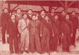 Groupe de travailleurs avec leurs surveillant et interprètes à Sorgues (Vaucluse) en 1941 © Collection Joël Pham